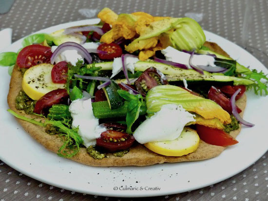 Dinkel-Pizza mit frischem Gemüse