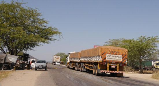 Auf den langen Strecken Brasiliens, werden auch die LKWs immer länger. Hier trifft man Fahrzeuge mit 30 m Länge.
