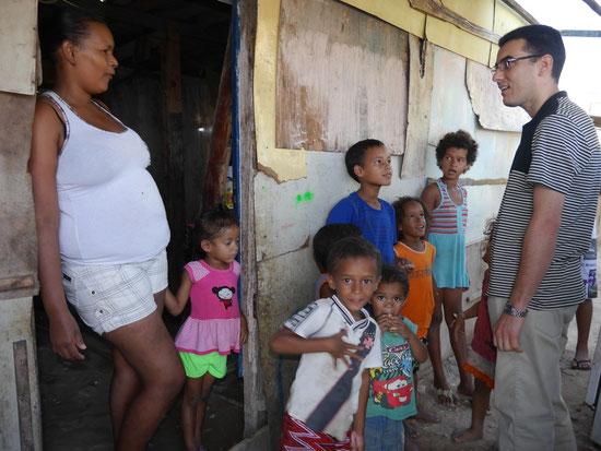 """Unwürdige Lebensumstände: Francisca, 23 J., hat sechs Kinder und sie und ihr Mann sind lange arbeitslos und leben von der """"Bolsa Família"""", eine Familienhilfe, die ausgezahlt wird, wenn die Kinder regelmäßig in die Schule gehen."""