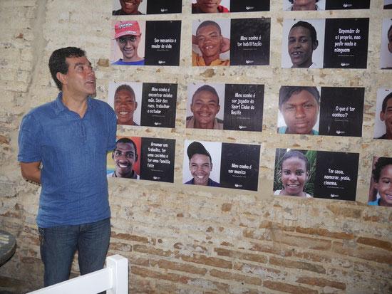 Demetrius vor einer kleinen Fotoausstellung: Jungen und Mädchen, die auf der Straße leben sagen, was sie für Träume haben