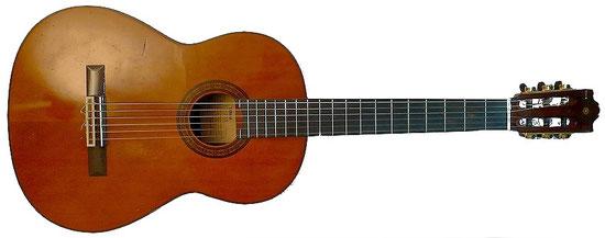 Yamaha G-235 Konzertgitarre, (made in Taiwan, ca. 1980), gepimpt mit Schallermechaniken in gold mit Ebenholzflügeln. Decke aus Fichtenholz, Boden/Seiten: Ovangkol. Ovangkol ist wie die asiatische Version von Rio-Palisander aus den Bergen von Indonesien.