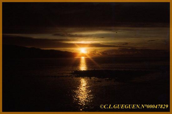 Un superbe coucher de soleil à Tahiti, venant de nos diapos des îles...