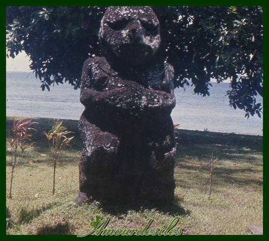 """Une statue prénommée """" TIKI """" de Tahiti..."""