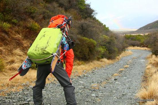 NZで重い荷物を背負い、二日間30kmのダートロードを歩いた時。