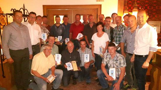 Landwirtschaftskammerpräsident Ing. Josef Hechenberger (rechts) und Obmann Loferer Thomas (links) verliehen 20 Lieferanten der Biokäserei Walchsee das Milchgütesiegel für beste Milchqualität