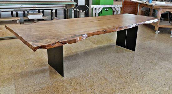 Wohnzimmertisch mit großer Kauri Tischplatte, außergewöhnliches Tischunikat, exklusiver Holztisch mit Naturkanten