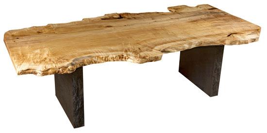 Einzigartiger Esstisch als besonderes Kunstmöbel aus außergewöhnlichem Naturholz, spezieller Holztisch mit edlem Naturwuchs