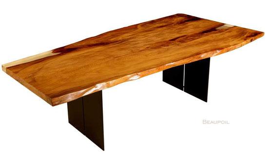 Einzigartiger Naturholztisch, kunstvoller Unikat Baumstammtisch mit großer Tischplatte an ein Stück, Holzstammtisch mit organischen Naturkanten