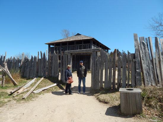Dr. Falko Böhm und Gertrud Böhm vor dem Fort, das die kleine Kolonie einst schützte.