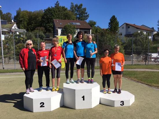 Siegreich auch das Damenteam der WS 2 (Mitte) in der Besetzung Renate Ansel, Kristina Telge und Natascha Wolf (v.  l. n. r.). Ganz links Claudia Ernst-Offermann.