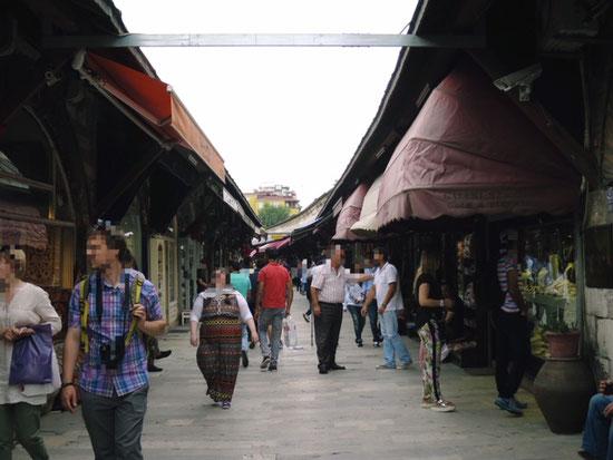 トルコ イスタンブールのお土産屋さんが並ぶショッピングストリート
