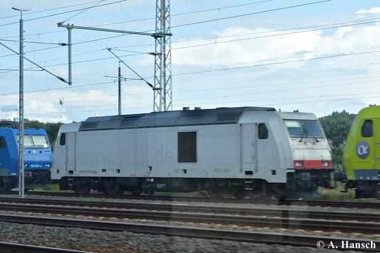 Aus dem Zug heraus konnte ich am 16. August 2014 kurz vor Pirna Hbf. 285 102-0 in einer Gruppe abgestellter Loks fotografieren. Die Lackierung zeigt, dass die Lok nicht mehr zur HVLE gehört. Reste der Beklebung sind noch erkennbar