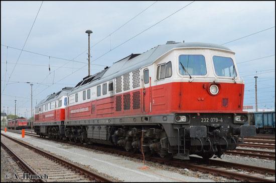 Die rot-weiß lackierte 232 079-4 steht am 25. April 2015 vor ihrer Schwester 232 512-4 in Cottbus Hbf.