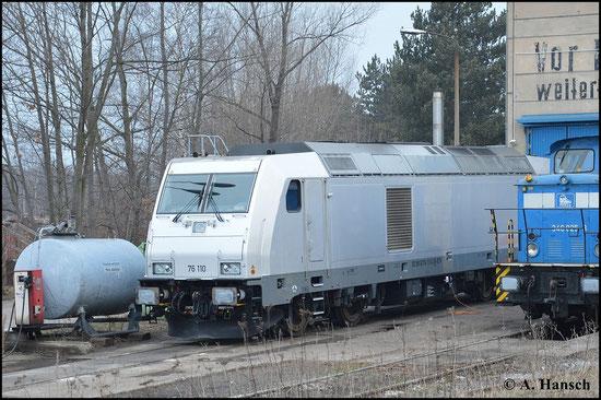 """Auch unter der BR-Bezeichnung """"76"""" verbirgt sich die TRAXX F140 DE. 76 110-0 steht am 21. März 2015 vorm Schuppen der PRESS in Espenhain"""