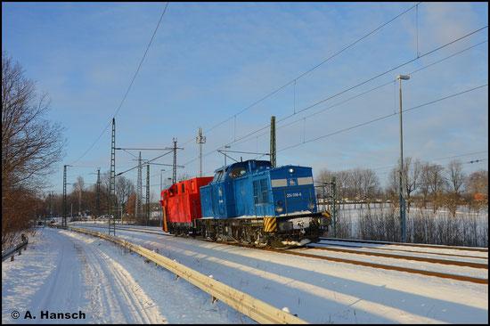 202 586-4 (PRESS 204 036-6) ist am 11. Februar 2021 wegen starker Schneefälle auf Räumfahrt zwischen Chemnitz und Riesa. Nach der zweiten Fahrt kehrt das Räumgespann über den ehem. Abzweig Furth nach Chemnitz zurück