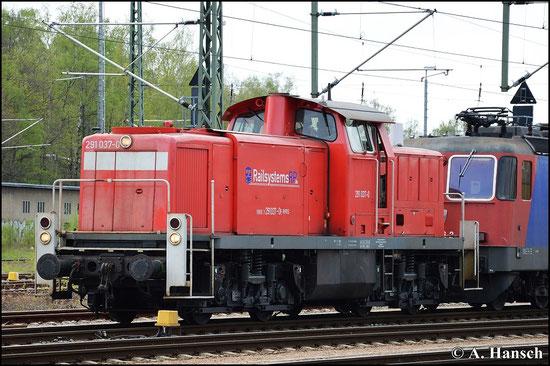 291 037-0 rangiert am 1. Mai 2015 einen Containerzug aus dem Verladeportal. Die Lok ist für die Railsystems RP GmbH im Einsatz