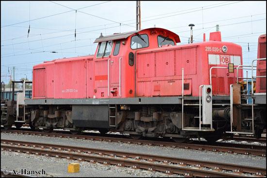 295 020-2 steht am 25. April 2015 mit drei Schwesterloks als Schrottlokzug in Cottbus Hbf.