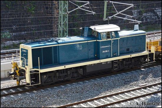 294 096-3 trägt eine ozeanblaue Lackierung, wie sie früher bei der Bundesbahn üblich war. Am Morgen des 7. Mai 2015 durchfährt die Lok der Railsystems RP GmbH mit Baukran Chemnitz. Kurz vorm Hbf. entstand dieses Bild