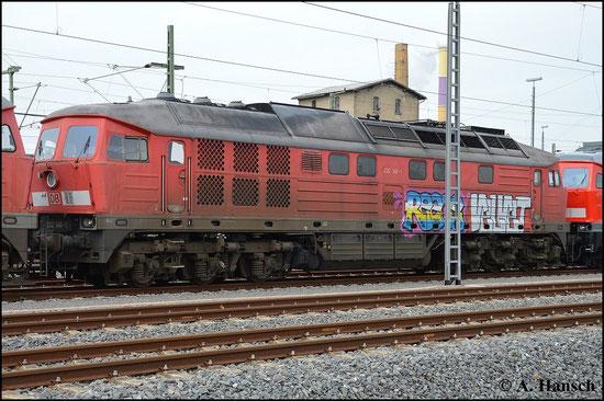 232 146-1 ist eine von fünf Maschinen der BR V300, die am 17. März 2015 vom AW Chemnitz, wo sie z-gestellt waren, nach Halle überführt wurden. Nächste Station ist der Schneidbrenner. Das Foto entstand in Chemnitz Hbf.