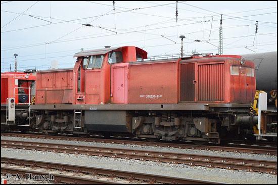 295 029-3 steht am 25. April 2015 mit drei Schwestermaschinen als Schrottlokzug in Cottbus Hbf.