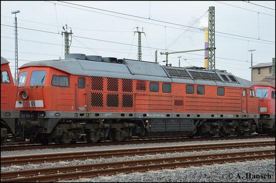 232 694-0 ist eine von fünf Maschinen der BR V300, die am 17. März 2015 vom AW Chemnitz, wo sie z-gestellt waren, nach Halle überführt wurden. Nächste Station ist der Schneidbrenner. Das Foto entstand in Chemnitz Hbf.