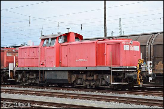 """295 028-5 steht am 25. April 2015 mit 3 Schwestermaschinen in einem """"Schrottlokzug"""" in Cottbus Hbf."""