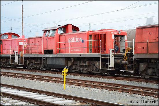 294 615-0 steht am 25. April 2015 in einem Zug aus Schrottloks in Cottbus Hbf. Interessant ist die Frontpartie der Lok, die mit 294 889-1 beschriftet ist