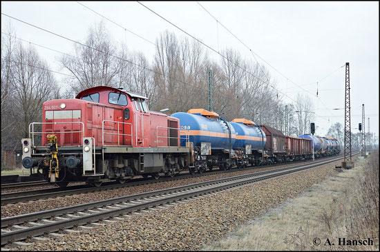 294 907-1 wartet mit ihrem Güterzug am 18. Februar 2015 auf Ausfahrt in Leipzig-Thekla