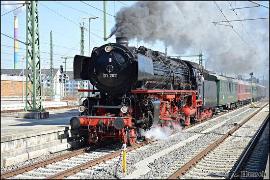 01 202 donnert am 20. April 2015 mit ihrem Sonderzug Dresden - Augsburg durch Chemnitz Hbf. Die Lok war am Wochenende zuvor zum 7. Dampfloktreffen in Dresden zu Gast