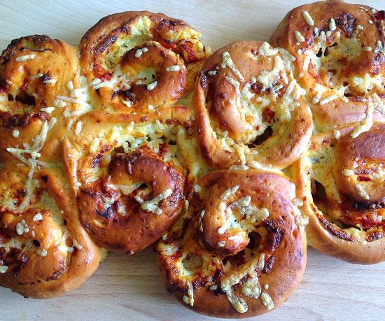 Spiraalbroodjes met ricotta, geroosterde paprika, Parma ham en Parmezaanse kaas.