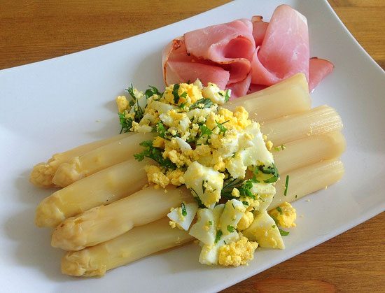 Het witte goud, asperges met ei, ham en botersaus.