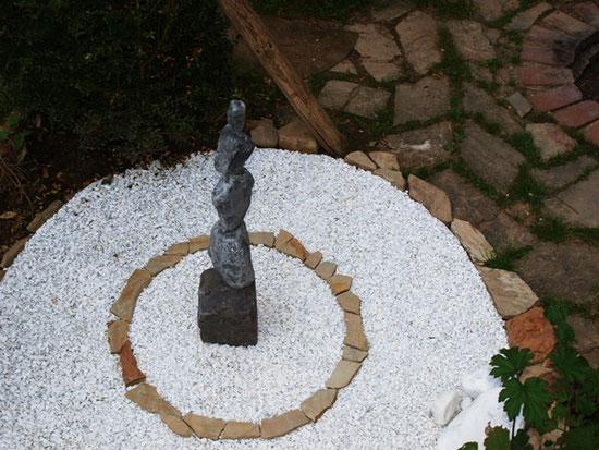Gartenmalerei.de  - Kunst für den Garten, Bilder, Mandalas, Symbole, Zeichen, Logos - Bilder in den Garten, aus farbigen bunten Holzhackschnitzel -  Alternative zu Wiesengrün,