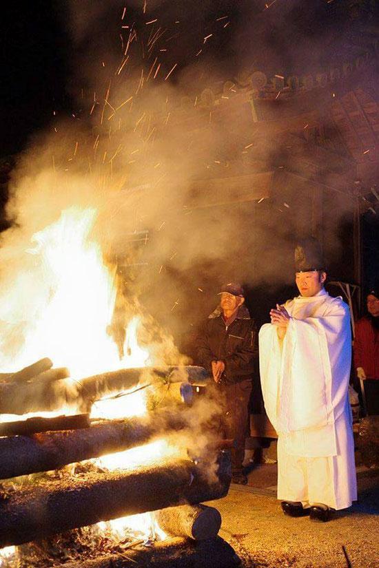 晦日大祓祭にて炎の前で祝詞を奏上する武部宮司