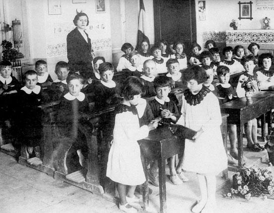 Distribuzione dell'olio di fegato di merluzzo nella scuola di Tordandrea (anno 1935 circa).