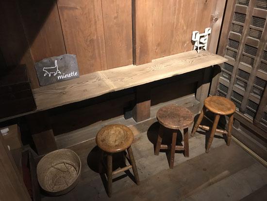 ミネット。一階にはちょっとしたテーブル席があります。