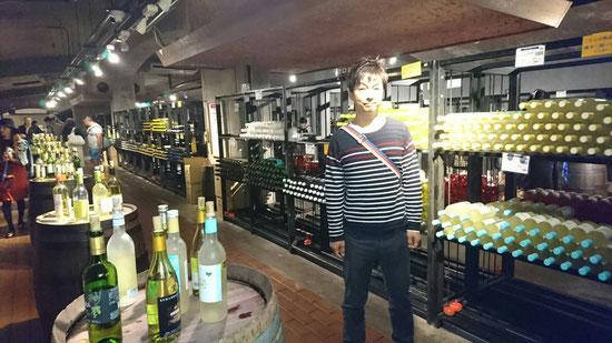 地下一階にあるワイン貯蔵庫には約200種の試飲が出来ます(有料)