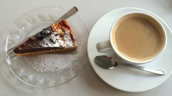 スイーツ男子DAIZOには欠かせない。チョコタルトとコーヒー。チョコタルト大人の味。