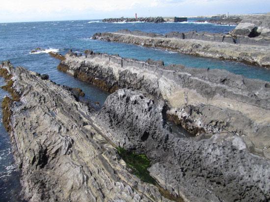 城ヶ島。遠くには江ノ島が見えます