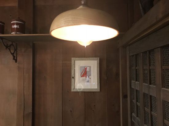 店内照明は何とも雰囲気のあるエジソンランプ。
