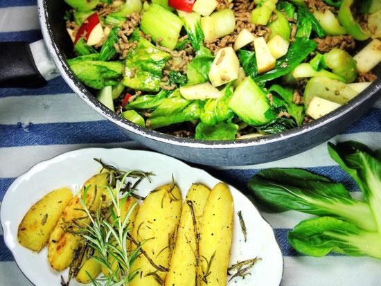 Pak Choi mit Rinderhack und Rosmarin-Kartoffeln