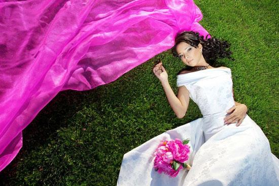 mariée en robe de taffetas et soie blanche , bouquet et voile fushia