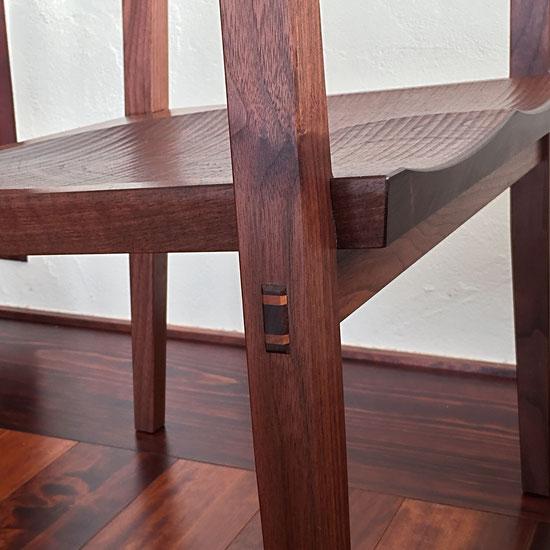 座面下の幕板は吸付あり桟で座板の強度と反りを抑え板の伸縮にも対応しています。緩みやすい部位は通しホゾにし楔を打ち込んでいます。