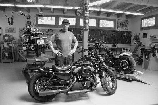 Rotwild Motorcycles, Service, Reparatur und Custom Garage für Harley Davidson Motorräder in Kiesen. Peter Genkinger. Fotos, Film und Texte von Moving Words, Leila Chaabane