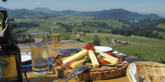 Aus der Speisekarte: waehrschafter Koernlisegg-Teller mit Kaese, Buendnerfleisch, Rohschinken und Salsiz