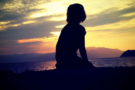 人生の諦め 黄昏 女性 夕日 後悔 海岸 海 リラックスしたい 癒されたい 人生脚本 ビリーフ ビリーフチェンジ 強化行動 繰り返しの人生 トゥルーステップ はたなかとよひで 畑中登世秀