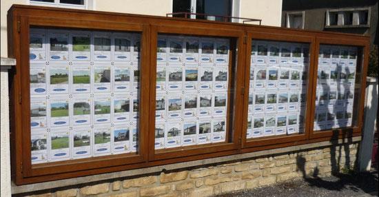 Panneaux d'affichage vitrés et fermés à clef sur mesure par menuiserie Lethu 79 et 86