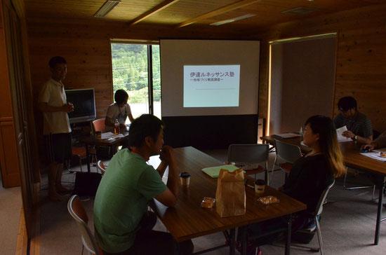 塾開始の塾長によるあいさつ。テーブルには、工房地球村の珈琲とアップルパイ