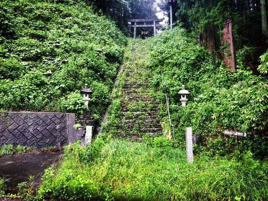 筆神社。毎年11月23日は筆祭りが行われる。これも、住民有志で再建したとか。(Photo by 塾生まるこ)