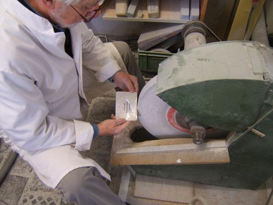 In meiner Werkstatt im Klostergut arbeite ich mit den traditionellen Werkzeugen eines Perlmuttschleifers.
