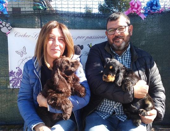Pandoro e Duca, due cuccioli fortunati che vanno a vivere assieme.